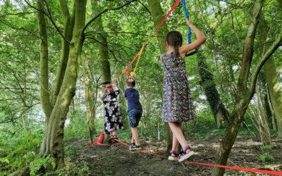 Mamaliefde en haar kids klimmen over de Jumbell